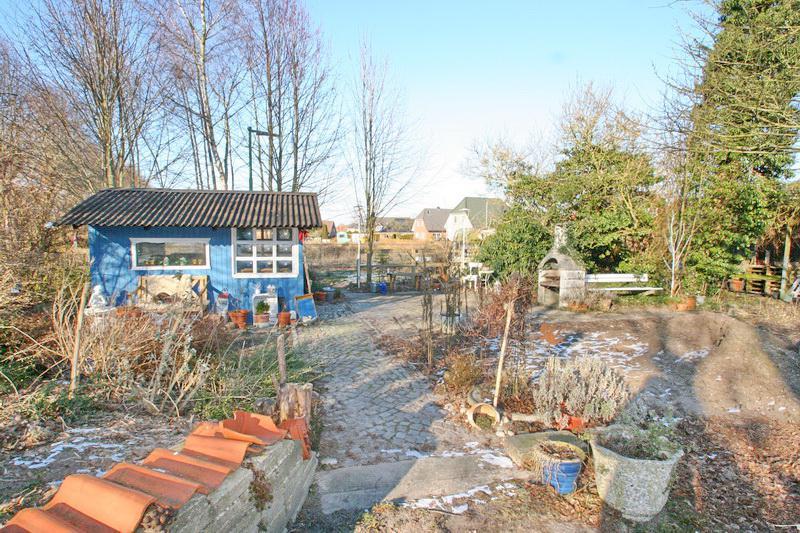 Grundstücksansicht und Gartenhaus