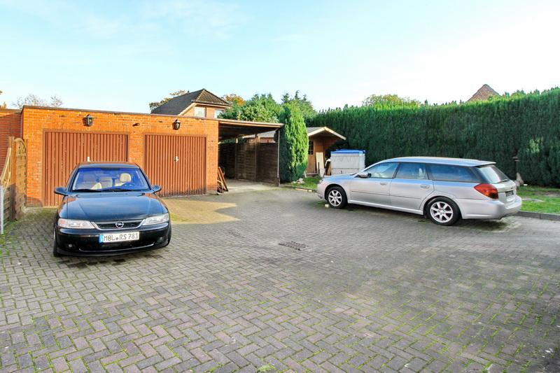 Hof mit Doppelgarage, Carport und Gartenhaus