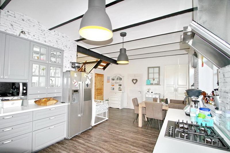 Blick aus der Küche in den Essbereich