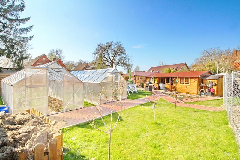 Garten mit Blich auf das Gartenhaus