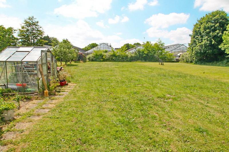 Gartenansicht mit Gewächshaus
